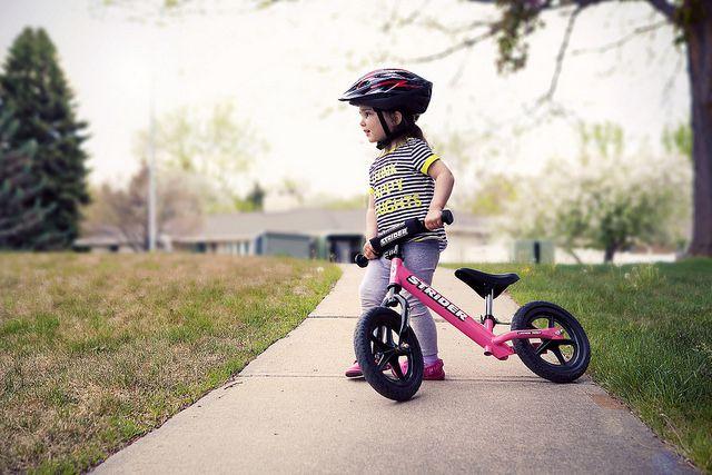 Dạy bé đi xe đạp cân bằng - bé tập đi xe đạp