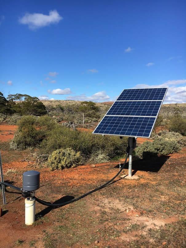 hệ thống bơm nước mặt trời với tấm pin năng lượng